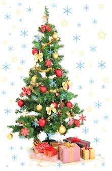 Geschmückter weihnachtsbaum mit geschenken isoliert auf weiß