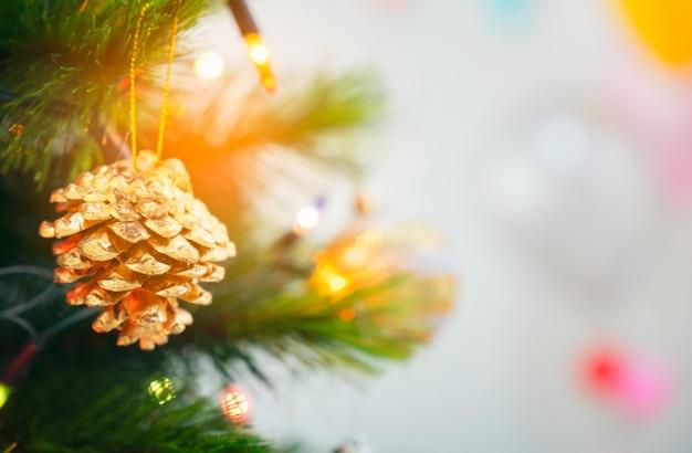 Geschmückter weihnachtsbaum mit hängender goldener kugel,