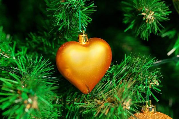 Geschmückter weihnachtsbaum mit herzförmiger weihnachtskugel