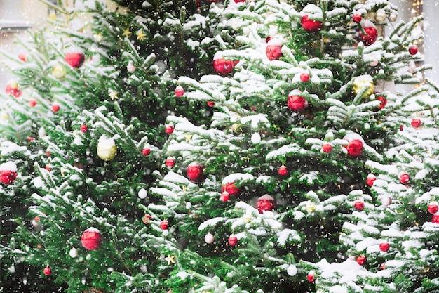 Geschmückter weihnachtsbaum mit kugeln, girlande