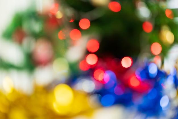 Geschmückter weihnachtsbaum mit unscharfem bokeh hellem hintergrund. weihnachts- und neujahrskonzept