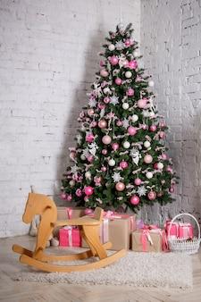 Geschmückter weihnachtsbaum und geschenke