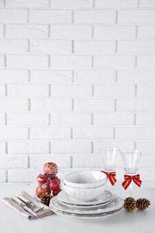Geschmückter weihnachtstisch. weihnachtsmenükonzept