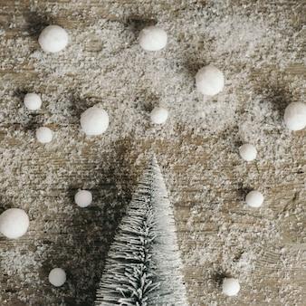 Geschneites holz mit weihnachtsbaum