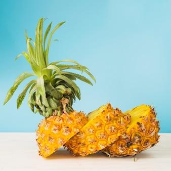 Geschnittene ananas auf holzoberfläche