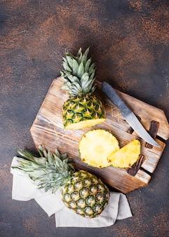 Geschnittene ananas auf schneidebrett