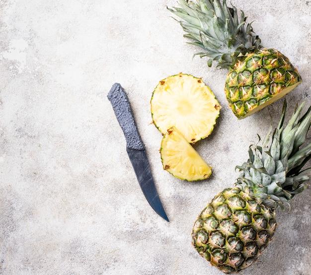 Geschnittene ananas auf weißer tabelle