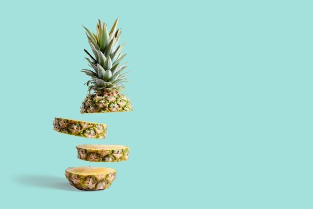 Geschnittene ananas isoliert auf pastellblau