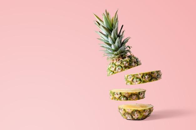 Geschnittene ananas isoliert auf rosa hell
