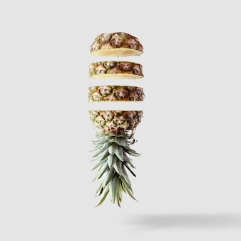 Geschnittene ananas isoliert auf weiß hell