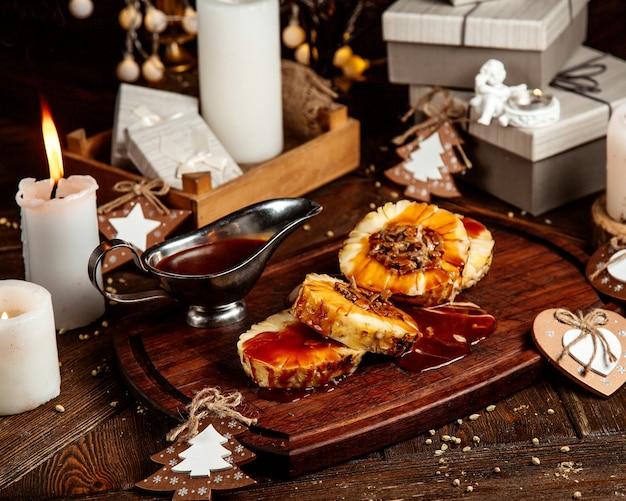 Geschnittene ananas mit sirup und schokoladenherz