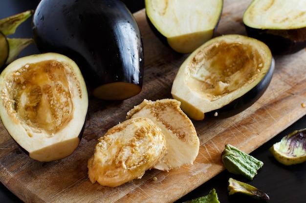 Geschnittene auberginen auf dem küchenbrett aus holz