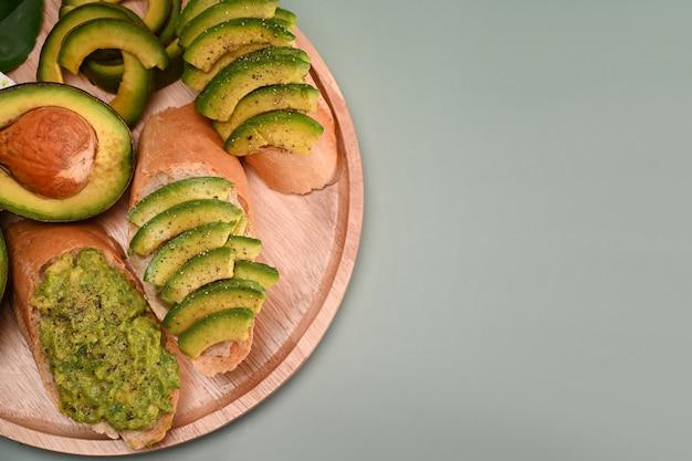 Geschnittene avocado auf geröstetem brot für ein gesundes frühstück.