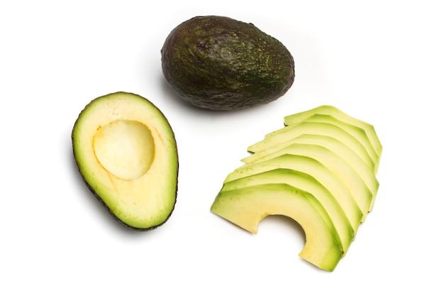 Geschnittene avocado auf weißem hintergrund