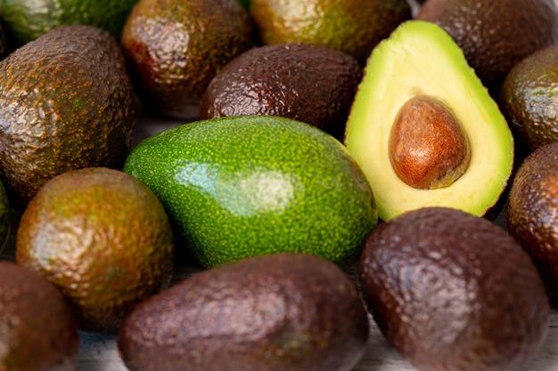 Geschnittene avocadofrucht neben anderen.