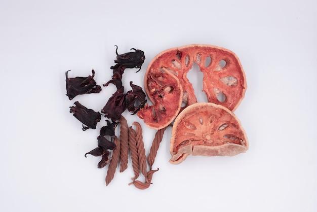 Geschnittene bael-frucht