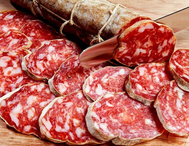 Geschnittene frische salami