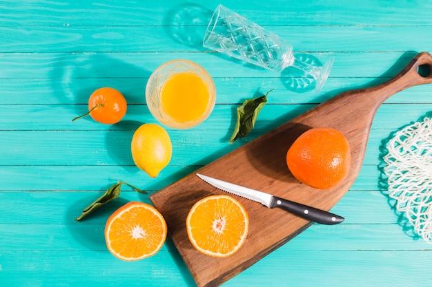 Geschnittene früchte und saftgläser auf tabelle