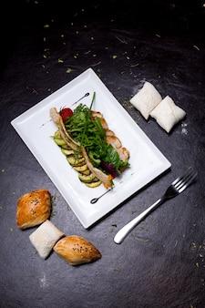 Geschnittene gegrillte hühnerbrust auberginen zucchini grün basilikum brötchen tomate draufsicht