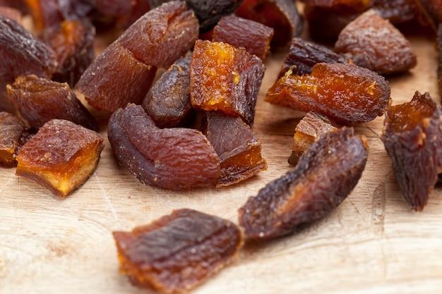 Geschnittene getrocknete aprikosen, natürlich im sonnenlicht getrocknet, getrocknete aprikosenfrüchte