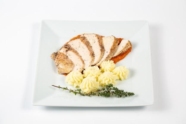 Geschnittene hühnerbrust in einer sauce mit kartoffelpüree