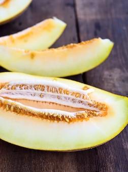Geschnittene melone auf einem braunen holztisch