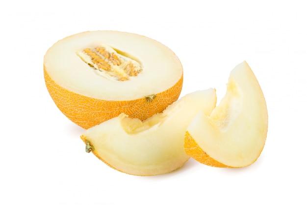 Geschnittene melone lokalisiert auf weißem hintergrund