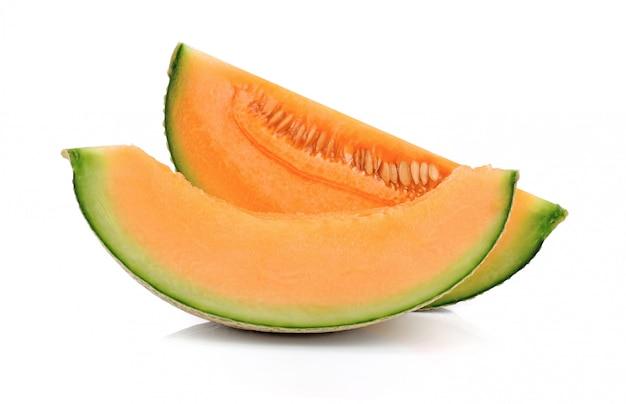 Geschnittene melone melone isoliert auf weiß