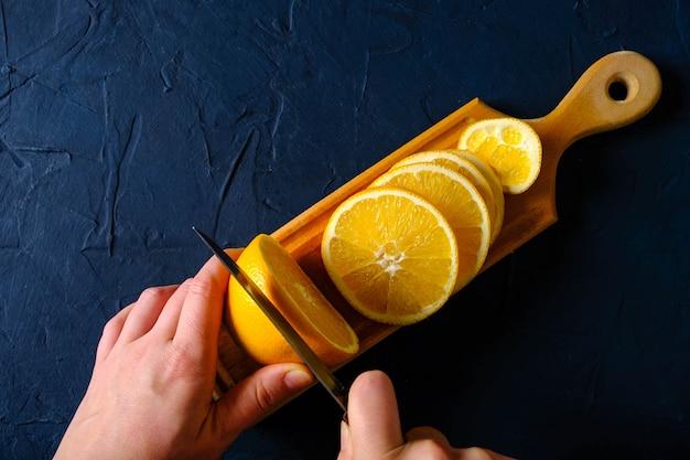 Geschnittene orange auf einem schneidebrett. von oben betrachten