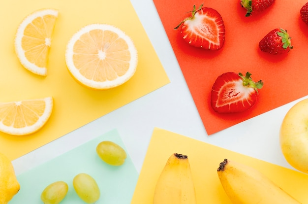 Geschnittene orange erdbeerbanane und -trauben des kalkes
