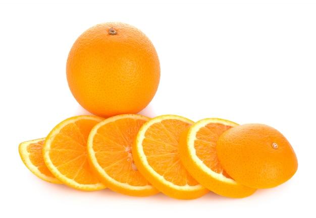 Geschnittene orange frucht lokalisiert auf weißem hintergrund