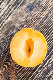 Geschnittene orangenpfirsiche oder aprikosen beim kochen von pfirsichen