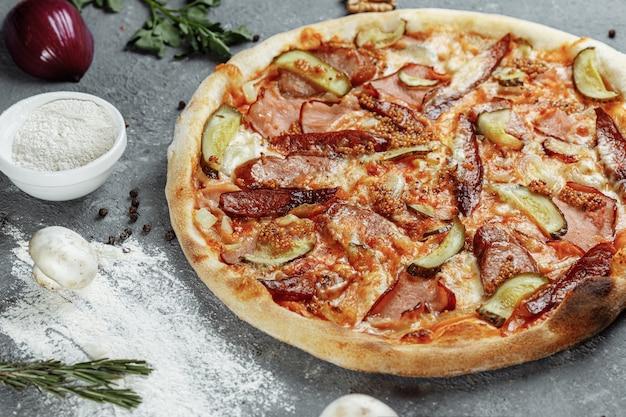 Geschnittene pepperoni-pizza mit salami, würstchen und joghurt