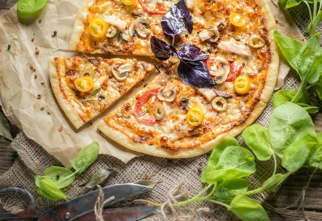Geschnittene pizza auf dem tisch
