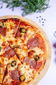 Geschnittene pizza gefüllt mit salami