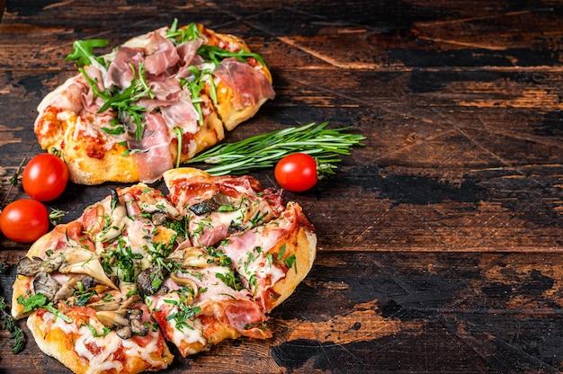 Geschnittene pizza mit schinken-parmaschinken, rucola und parmesan