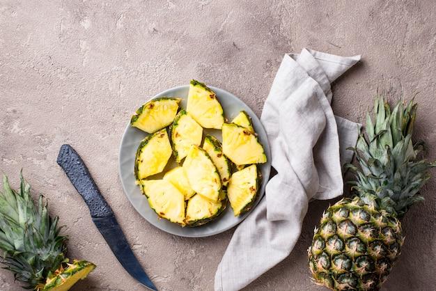 Geschnittene reife ananas auf platte
