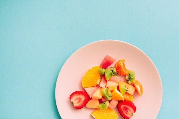 Geschnittene reife appetitanregende tropische früchte auf platte