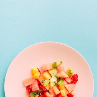 Geschnittene reife erneuernde tropische früchte auf platte