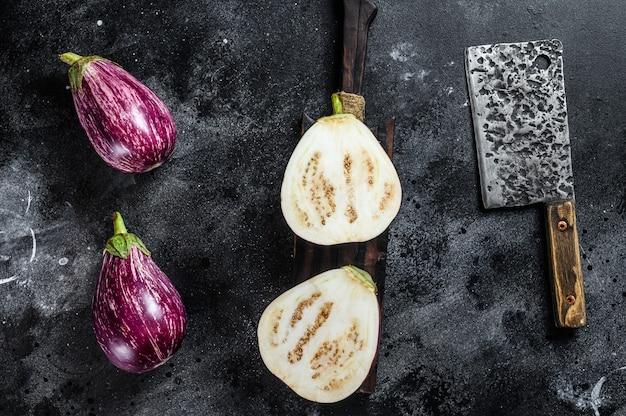 Geschnittene rohe kleine lila asiatische auberginen