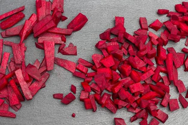 Geschnittene rote-bete-nahaufnahme. schwarzer hintergrund. flach legen