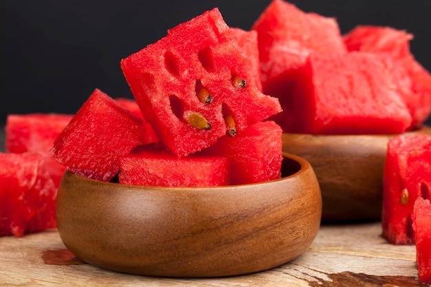 Geschnittene rote reife wassermelone hautnah