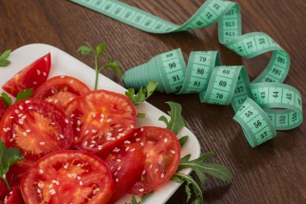 Geschnittene tomaten mit sesam bestreut