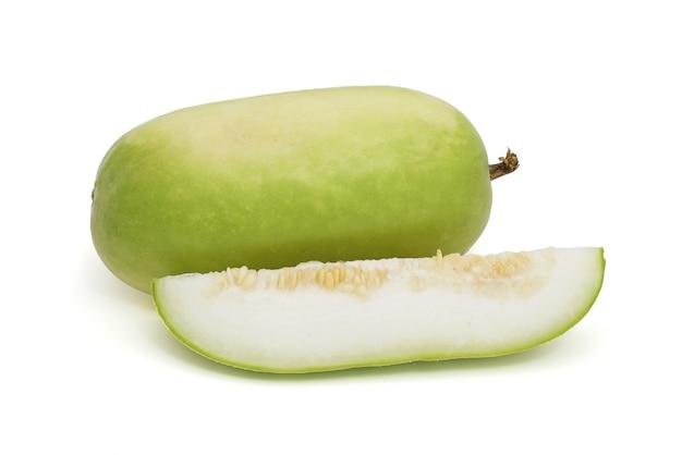 Geschnittene wintermelone lokalisiert auf einem weißen hintergrund. (weißer kürbis, winterkürbis oder aschekürbis)