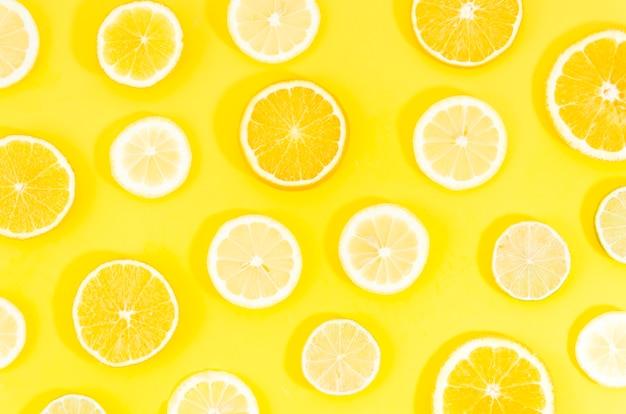 Geschnittene zitrusfrüchte auf gelbem hintergrund