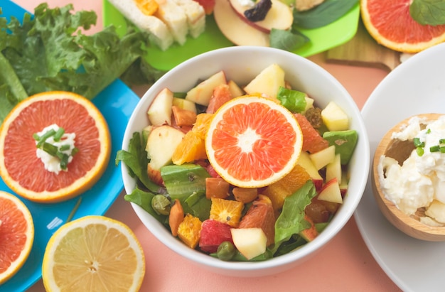 Geschnittener apfel,avodaco,orange,apfel,grapefruit.fruchtsalat gemischte schüssel,unscharf hell rund