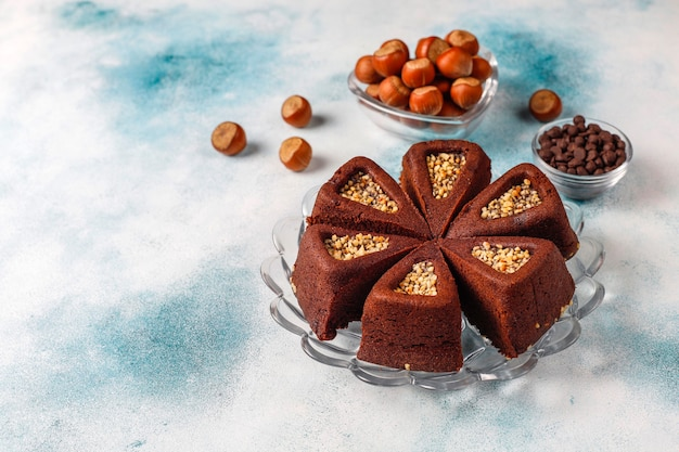 Geschnittener brownie-kuchen mit haselnüssen.
