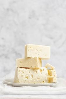 Geschnittener feta-käse auf licht. hoher schlüssel Premium Fotos