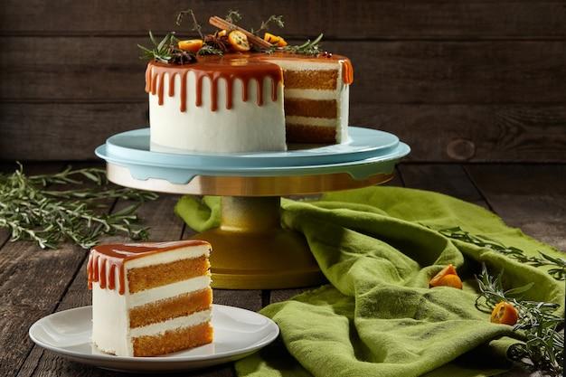 Geschnittener honigkuchen mit mascarpone-creme und karamell-topping