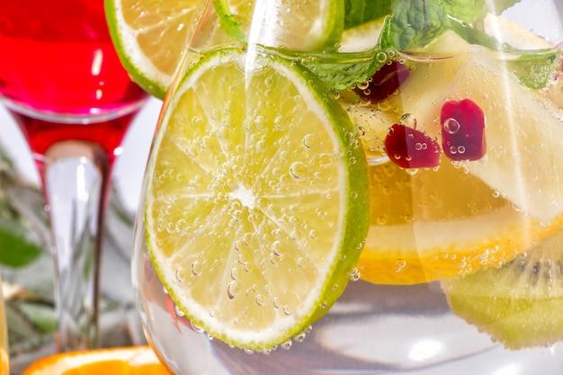 Geschnittener kalk in einer cocktail-nahaufnahme